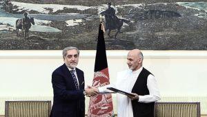 Afganistanin presidenttiehdokkaat Ashraf Ghani Ahmadzai (oik.) ja Abdullah Abdullah (vas.) kättelivät allekirjoitettuaan vallanjakosopimuksen presidentin palatsissa Kabulissa 21. syyskuuta 2014.