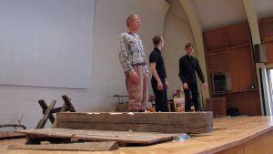 Taisto Reimaluoto ja kaksi miestä lavalla.