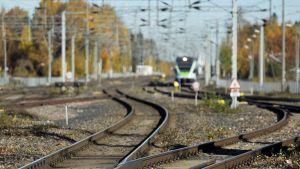 Raideliikennettä Tikkurilan asemalla Vantaalla 14. lokakuuta 2013.