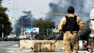 Venäjä-mielisten kapinallisten tarkastuspiste lähellä Donetskin lentokenttää.
