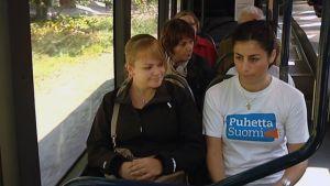 Puhetta Suomi aktiivi yrittää saada turkulaisia puhumaan bussissa.