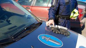 Poliisi ja poliisiauto. (kuva ei Torniosta, kuvateksti laitettu vaan juttua varten)