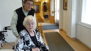 Elsa Isto (edessä) ja Maila Kraatari Keminmaan Pohjanrannassa
