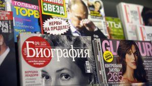 Venäjänkielisiä aikakauslehtiä Akateemisen kirjakaupan lehtihyllyssä Helsingissä 24. syyskuuta 2014.