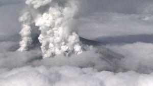 tulivuori syöksee tuhkaa