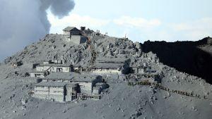 Pelastushenkilöstö etsii eloonjääneitä Ontake-vuorella Naganon prefektuurissa tulivuorenpurkauksen jälkeisenä päivänä 28. syyskuuta 2014.
