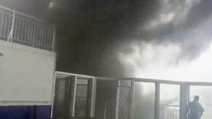 Matkustajan kuvaamalta videolta otettu kuva Pride of Canterbury -matkustajalautan konehuoneessa syttyneestä palosta nousevasta savusta.