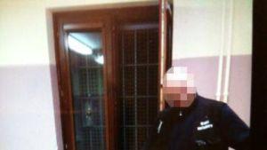 Saksan poliisin julkaisemassa päiväämättömässä kuvassa vartija painaa kengällään maahan miehen päätä.