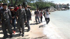 Thaimaalaiset poliisipäälliköt tutkivat brittituristien surmapaikkaa Koh Taon saarella.