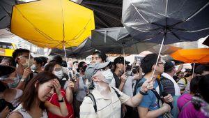 Mielenosoittajia Hongkongin keskustassa.
