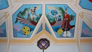 Pellervo Lukumiehen kattomaalauksessa hippityylinen Jeesus pukeutuu muotihousuihin.