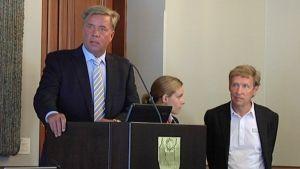 Markku Ritaluoma puhumassa Sunny Car Centerin tiedotustilaisuudessa 22.6.2010