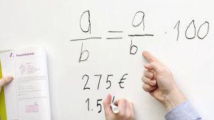 Opiskelija ja opettaja matematiikan tunnilla.