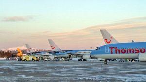 Tilauslentokoneita Kittilän lentoasemalla joulukuussa 2013.