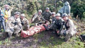 Espanjalainen luolatutkija pelastusoperaatioon osallistuneiden kanssa pelastamisen jälkeen.