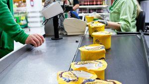 Mies ostaa kymmenen Venäjän markkinoille tarkoitettua Valion Oltermanni-juustoa Itäkeskuksen Prismasta 15. elokuuta 2014.