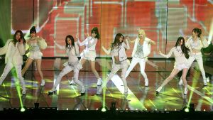 Girls' Generation -yhtye lavalla esiintymässä.