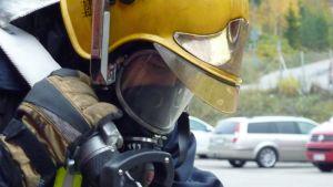 Palomies savusukeltajan varusteissa.