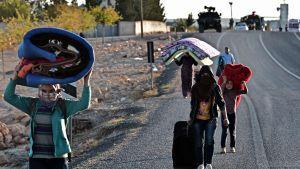 Turkin rajalla sijaitsevan Kobanen kaupungin kurdeja evakuoitiin sunnuntaina.
