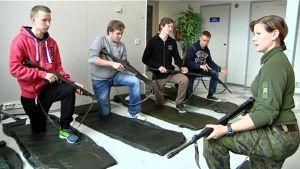 Maanpuolustuskurssi Pohjanmaalla. Kokelaat harjoittelevat aseen käyttöä