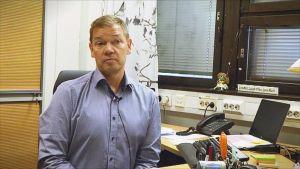 Keijo Räikkönen työhuoneessaan.