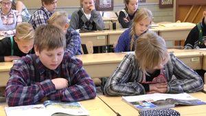 Perälän koulun oppilaat luennolla