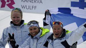 Mikaela Wulff (vas.) juhli Lontoon olympialaisissa pronssia Silja Lehtisen ja Silja Kanervan kanssa.
