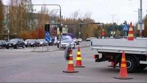 Sammon valtatien risteykset liikennevalot pimeinä