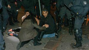 Kurdimielenosoittajat ja salafistit ottivat yhteen Hampurissa 8. lokakuusta.