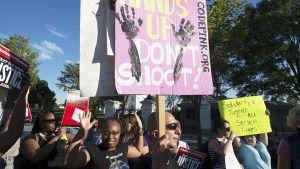 Valokuva mielenosoituksesta, joka puhkesi elokuussa poliisin ammuttua Michael Brownin Fergusonissa, Missourissa. Kuva on otettu 9. elokuuta.