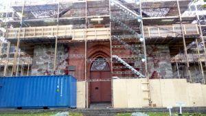Halikon kirkko rakennutelineiden peitossa.