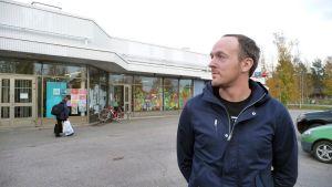 Yle Tampereen ja Hämeen uutisten uutisankkuri Juha Kokkala Tesomalla