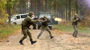 Sotaharjoitus, kolme miestä etenee maastossa
