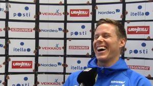 Niklas Moisander nauraa haastattelussa.