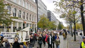Vapaakauppasopimusta vastustava mielenosoituskulkue Mannerheimintiellä.