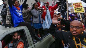 Ihmiset osoittivat mieltään poliisin väkivaltaisuutta vastaan St. Louisissa Missourissa 11. lokakuuta 2014.