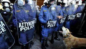 """Kreikan mielenosoituksiin usein osallistunut ja niistä kuuluisaksi tullut koira nimeltä Loukanikos tai """"makkara"""" haukkui on kuollut."""