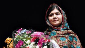 Malala Yousafzai sai kukkia Birminghamissa Nodelin rauhanpalkinnon johdosta.