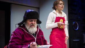 Mielensäpahoittaja (Hannu Pelkonen) ja mielensäpahoittajan miniä (Elina Korhonen) Oulun kaupunginteatterin lavalla.