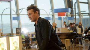 Rullalautalija Arto Saari vauhdissa Helsinki-Vantaan lentokentällä maanantaina 13. lokakuuta 2014. Finnairin ja Finavian yhteisessä tapahtumassa Match Made in HEL - rullalautailijat ympäri maailmaa testaavat lentoasemaa skeittiympäristönä.