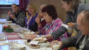 Päivätoimintaryhmä ruokailee Lohjan Vanhusten palvelukeskuksessa.