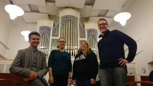 Kirkkomusiikin vastuuopettaja Ismo Hintsala (vas.) iloitsee siitä, että hänen opiskelijoillaan Sanna Heikkilällä, Leena Rautakoskella ja Timo Lepistöllä on töitä tulevaisuudessa.
