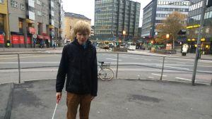 Helsinkiläinen Joose Ojala opiskelee Metropolia-ammattikorkeakoulussa musiikkipedagogiksi ja kulkee koulumatkansa joukkoliikennettä käyttäen valkoisen kepin kanssa. Sörnäisten kurvi on yksi kaupungin hankalimmista paikoista täysin sokealle tienkäyttäjälle.