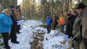 Ylitornion Rompaksen alueella tutustuttiiin malminetsinnästä luontoon jääneisiin jälkiin useammalla eri paikalla.