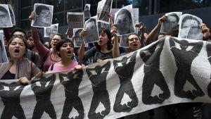 Mielenosoittajia yleisen syyttäjän toimiston edessä Mexicossa keskiviikkona.