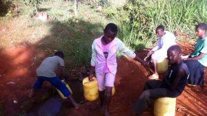 Kenialaislapset vedenhakureissulla.