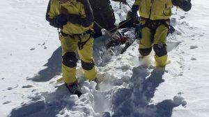 Nepalin armeijan sotilaat vetävät kuolleita retkeilijöitä ahkiossa