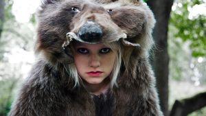 tyttö karhuntaljan sisällä