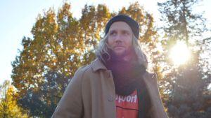 Esko Kyrö poseeraa kameralle Lahdessa.