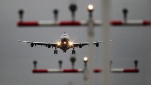 Lentokone laskeutumassa.